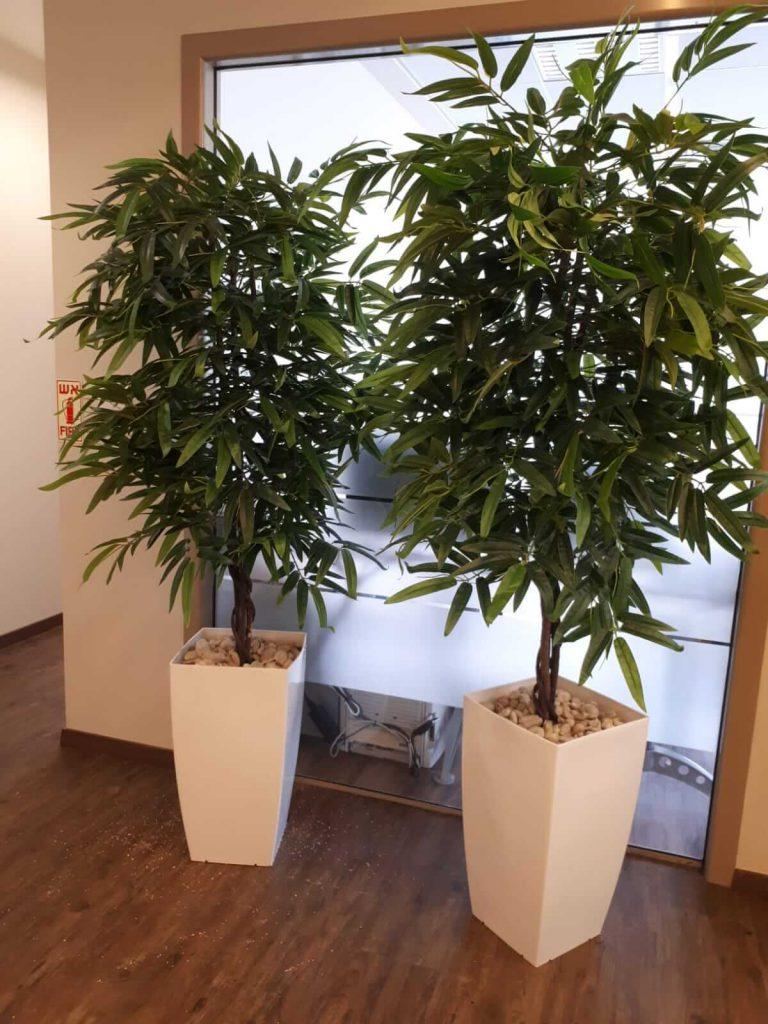 שני עצים מלאכותיים