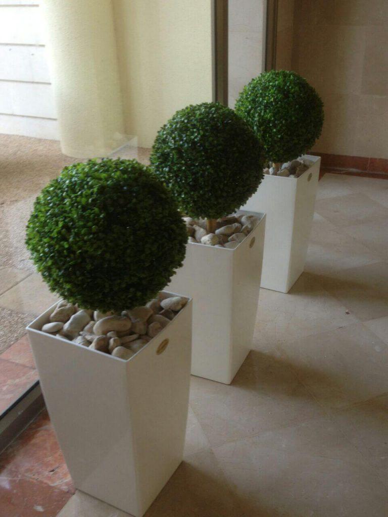שלושה עציצים מלאכותיים