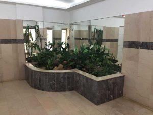 צמחיה מלאכותית בלובי בניין מגורים