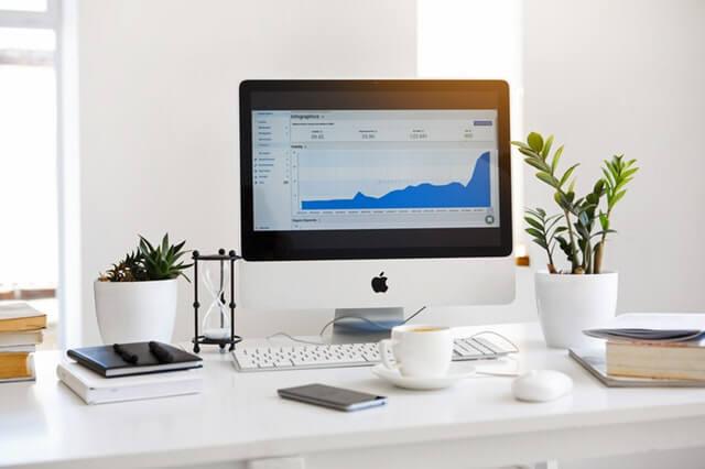 מחשב בתוך משרד עם צמחיה מלאכותית