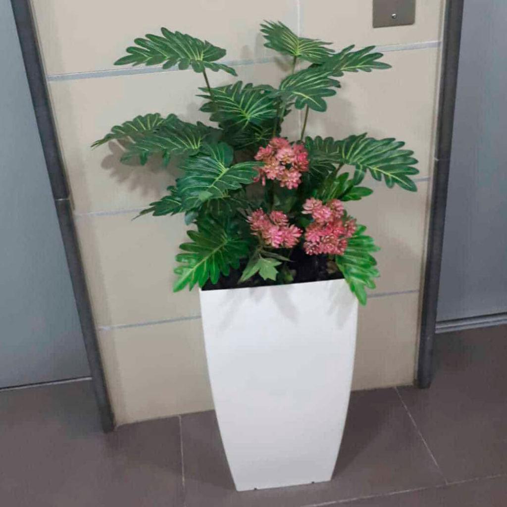 כד עם קוקטייל צמחים ופרחים 56 סמ